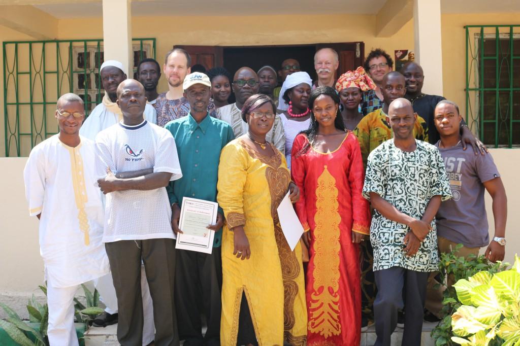 Alla kursdeltagare och lärare uppställda framför NCAC:s arkivlokal i Fajara