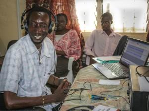 Forskningsassistenten Lamin Yarbo kontrollyssnar
