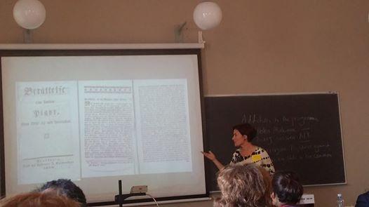 """Karin Strand analyserar spridningsvägarna för historien om """"Twänne pigor som gifte sig med hvarandra"""", här i ett prosatryck från år 1800. Foto: Mattias Lundberg."""