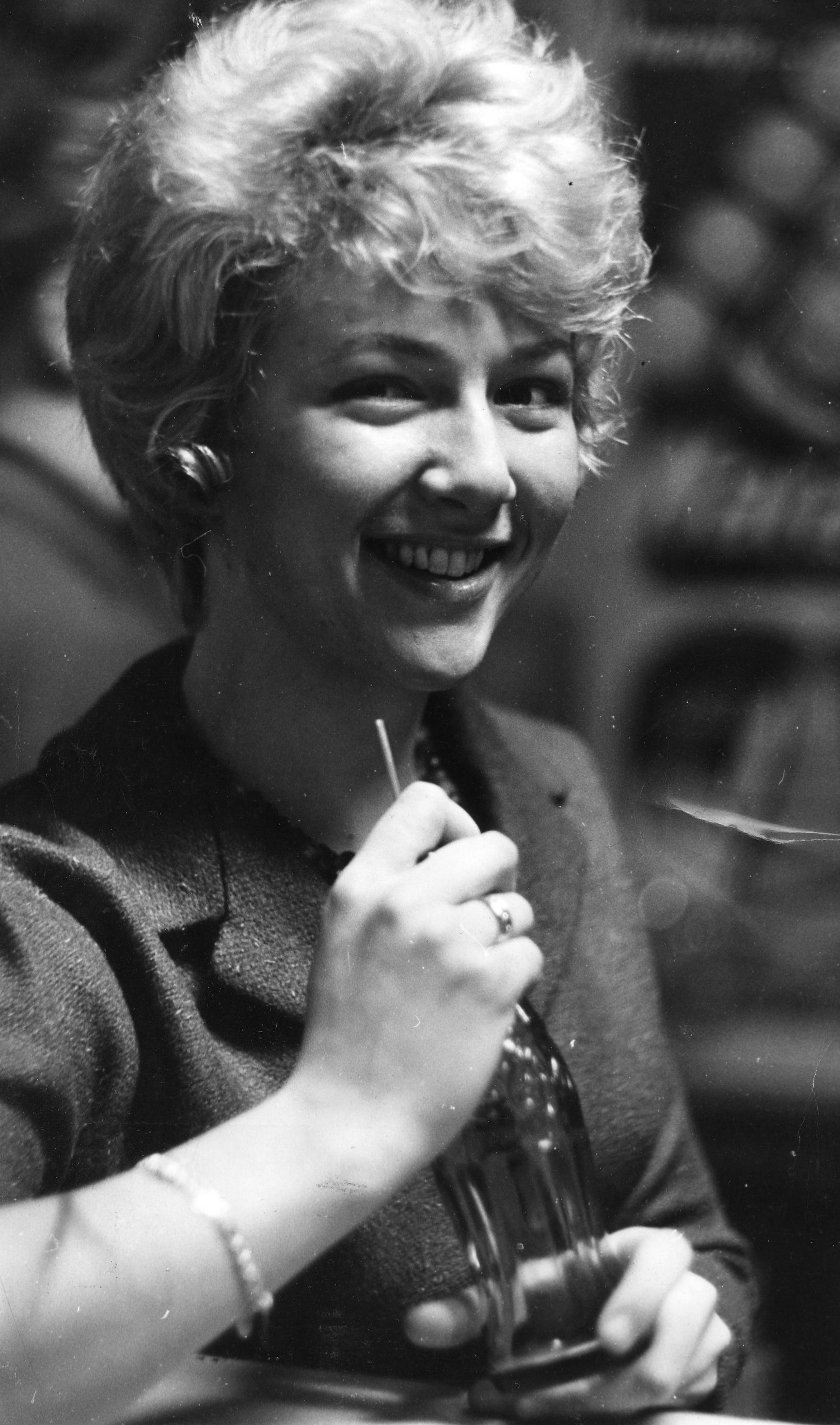 Merit Hemmingson kopplar av i pausen på Svt med en coca-cola, den 5 mars 1963. Foto: Ove Alström/Svenskt visarkiv