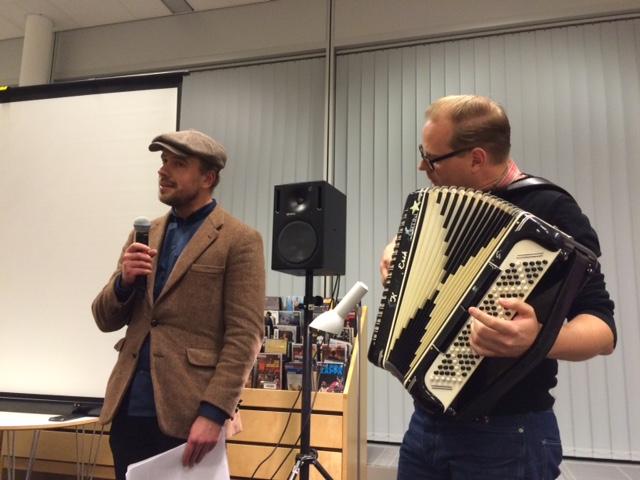"""Daniel Björkander och Wictor Johansson avslutar kvällen med """"Snoddas"""" genombrottssång """"Flottarkärlek"""".  Foto: Karin Strand"""