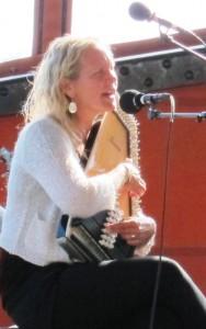 Maria Misgeld sjöng Emigrantvisor  till eget ackompanjemang på autoharp. Foto: Johan Sturk.