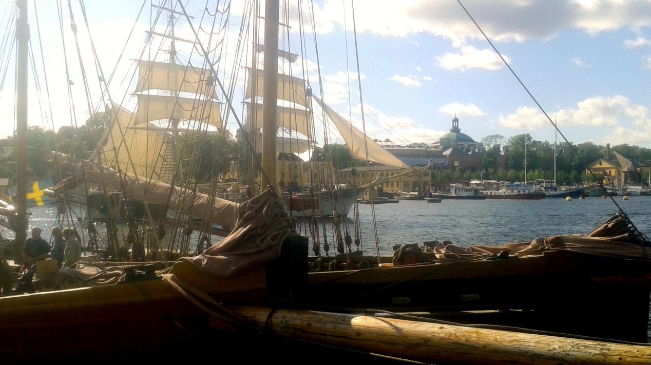 Vid Galärvarvet bakom Vasamuseet hade det samlats segelfartyg som kom seglande från olika håll. Foto: Kajsa Dahlström.