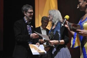 Merit Hemmingson mottog juryns hederspris under Folk- & världsmusikgalan i Västerås. Foto: Peter Ahlbom