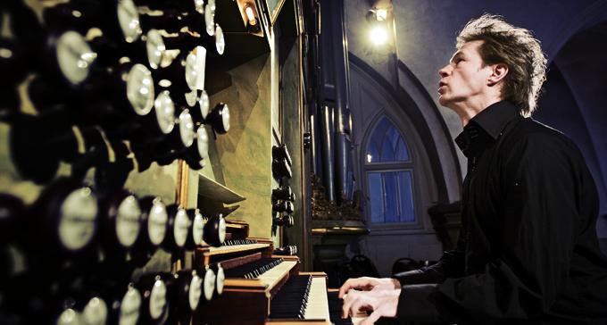 Gunnar Idenstam bakom orgeln. Foto: Nils Petter Nilsson
