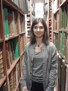 Agathe Sanjuan i arkivdelen av biblioteket.