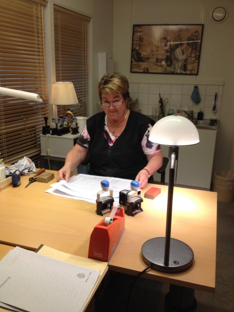Louise arbetar med att förlänga livet på bibliotekets noter.