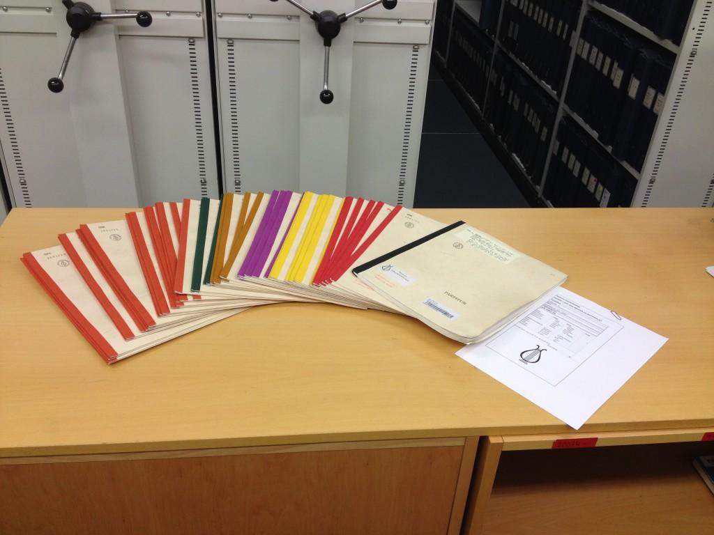 Exempel på orkestermaterial som Louise har bundit. Observera att instrumentgrupperna har olika färg på ryggen.