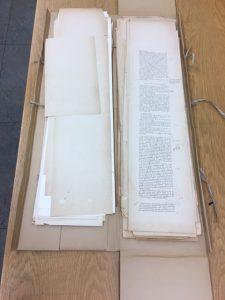 Peterson-Berger blev känd som en fruktad kulturkritiker. Här en samling förlagor till P-B:s recensioner med hans anteckningar och strykningar innan de går i tryck.