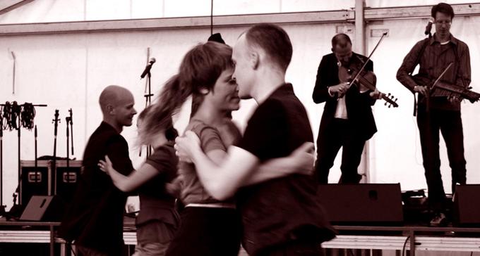 Folkdans på Korröfestivalen. Foto: Tina (Flickr/CC)