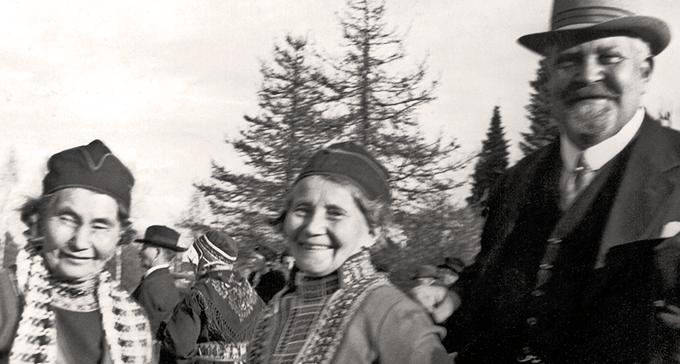 Jojkerskorna Greta Persson, Maria Persson och Karl Tirén i Arjeplog 1937. Foto: Okänd