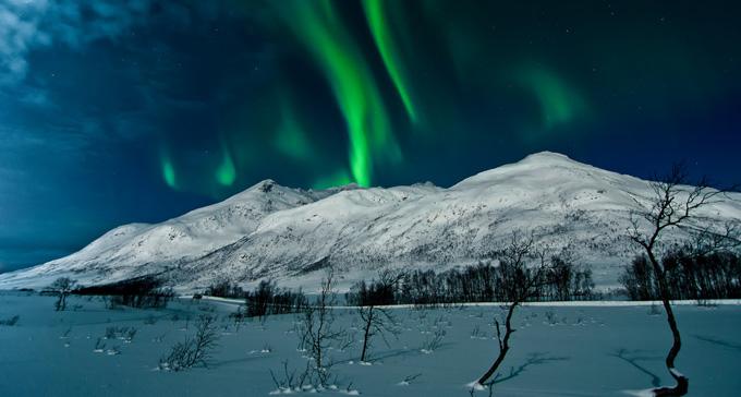 Fjäll i norrsken. Foto: Andi Gentsch/Flickr (CC)