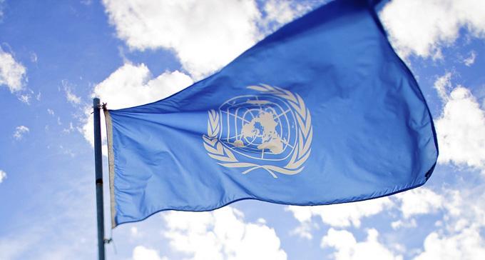 FN-flagga svajar i vinden. Foto: sbakshi/Flickr (CC)