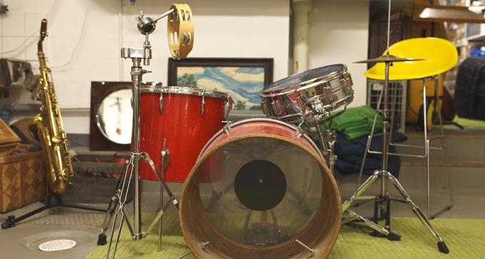 Bild från replokal med trumma i förgrunden. Foto: Miki Anagrius