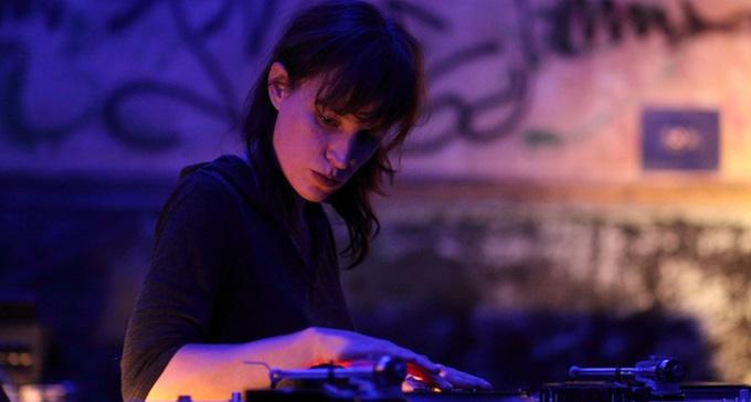 Musik av bland andra Marina Rosenfeld spelas på Färgfabriken.
