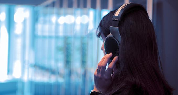 Kvinna lyssnar på verket i hörlurar på biblioteket. Foto: Sasaki Gouwei Yang, Statens konstråd