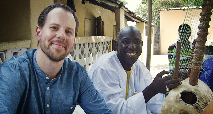 Mathias Boström och Alagi Mbaye i Gambia. Foto: Tommy Sjöberg