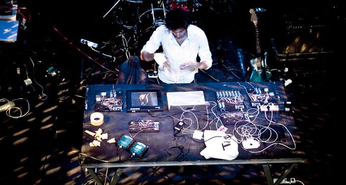 Tarek Atoui bakom mixerbordet och flera elektroniska komponenter. Foto: Experimentaclub/Flickr (CC)