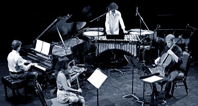Ensemblen Either/Or – Richard Carrick, piano, Jennifer Choi, violin, David Shively, slagverk och Alex Waterman, cello och dator – utgör ena halvan av samarbetet Double Quartet.