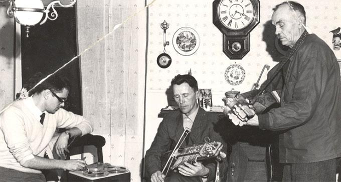 Jan Ling spelar in nyckelharpspelarna Gösta Hellström och Spel-Oskar Larsson på 1960-talet. Foto: Ingvar H. Eriksson