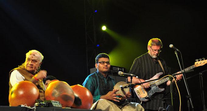 Tre av deltagarna i projektet Meetings in India på scen under en av konserterna.