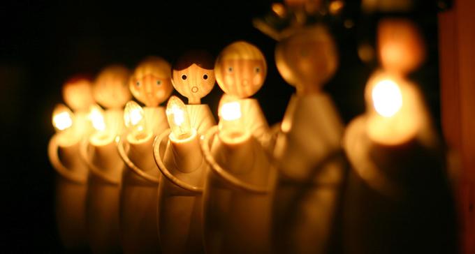 Snidade trädockor med med elektriska ljus går luciatåg. Foto: Frugan/Flickr (CC)