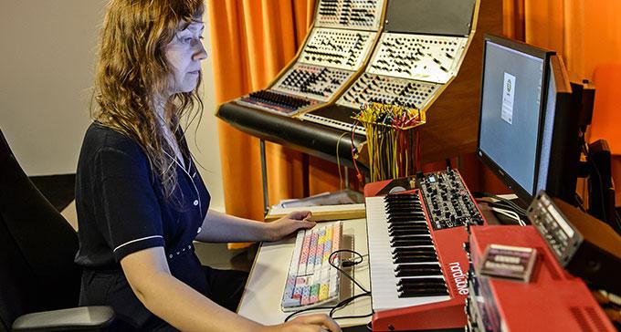 Marta Forsberg i en av studiorna på EMS. Foto: Jan-Olav Wedin