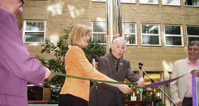 Alice Babs, här assisterad av dottern Titti Sjöblom, inviger dåvarande Statens musiksamlingars inflytt i nya lokaler i den nybyggda delen av Bonnierhuset, den 8 maj 2006. Foto: Peter Ahlbom