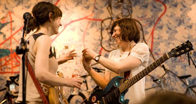 Bandet Wild Flag på Mellow Johnny's Bike Shop SXSW. Foto: Erin Stella (CC/Flickr)
