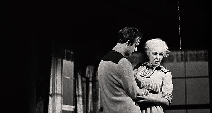 Jarl Kulle och Inga Tidblad i Lång dags färd mot natt på Dramaten, 1956. Foto: Beata Bergström