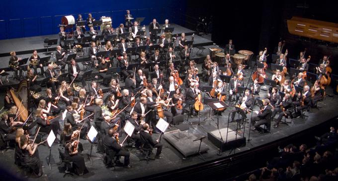 Orkester på scen – utan dirigent. Foto: Andreas Lea/Flickr (CC)