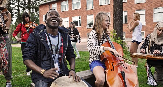 Muhaza från Tanzania och Hedvig från Guldsmedshyttan. Foto: Peter Ahlbom