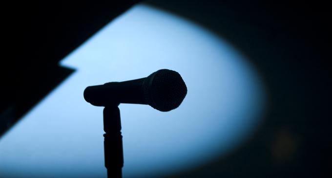 Vill få fler att greppa mikrofonen. Foto: JF Sebastian/Flickr (CC)