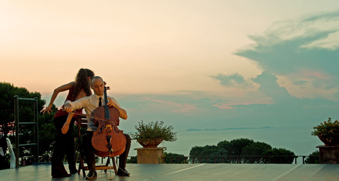 Bach – A play in motion är ett samarbete mellan cellisten Jakob Koranyi och dansaren Heather Ware. Foto: Pressbild