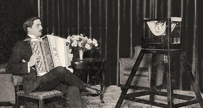 Calle Jularbo (Carl Karlsson Jularbo) från 1925 i studio på Malmskillnadsgatan, Stockholm. Mikrofon: Marconis fabrikat, en Marconiphone med smeknamnet Vaggan. Foto: TT Nyhetsbyrån