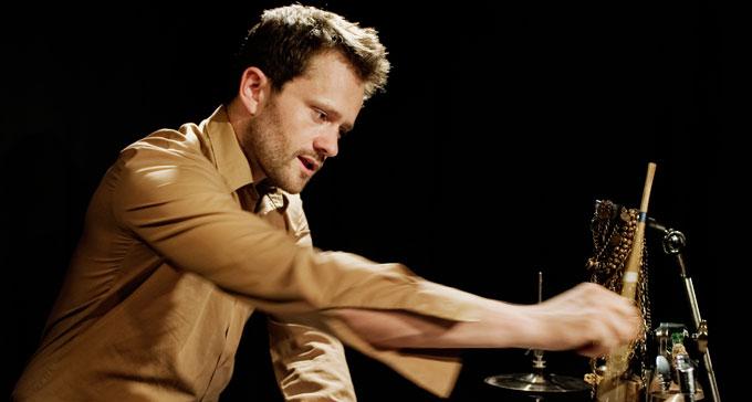 Petter Berndalen bakom trummorna. Foto: Andy Liffner