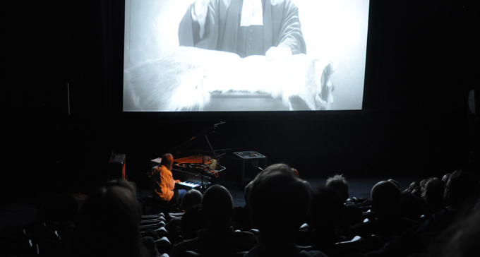 Anna Järvinen under en av stumfilmskonserterna. Foto: Svenska filminstitutet