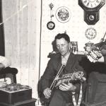 Jan Ling spelar in Gösta Hellström och Spel-Oskar Larsson 1961. Foto av Ingvar Eriksson, ur Jan Lings arkiv (Svenskt visarkiv)