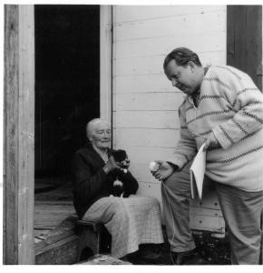 """Ulf Peder Olrog spelar in Anna """"Sjömor"""" Lindström på Nötö 1962. Foto av Göran Marteus, ur Ulf Peder Olrogs arkiv (Svenskt visarkiv)"""