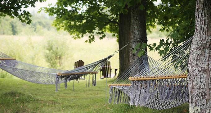 Vi bjuder på en hel rad lästips för sommardagar i hängmattan