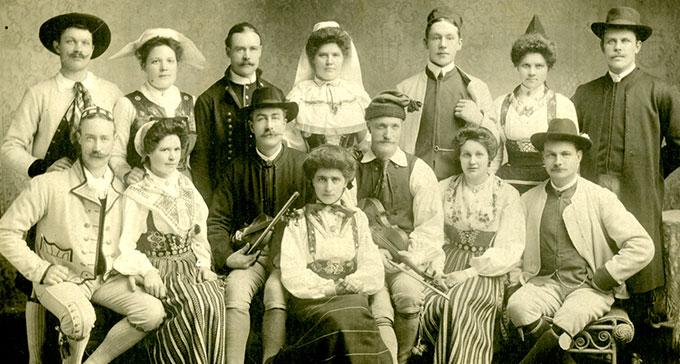 Skansens nationaldansare. Måns Olsson i mitten till höger.