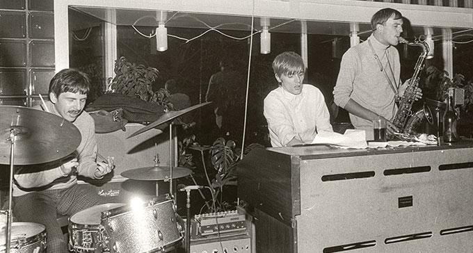 Hansson & Karlsson (Bosse Hansson och Janne Carlsson) förstärkta med Göran Östling på Gyllene Cirkeln, juli 1966. Foto: Christer Landergren