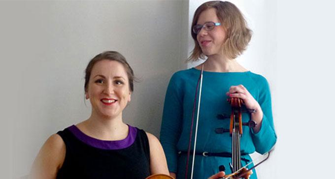 Jenny Lierud och Andrea Ravandoni spelar 1700-talsmusik på Musik- och teaterbiblioteket.