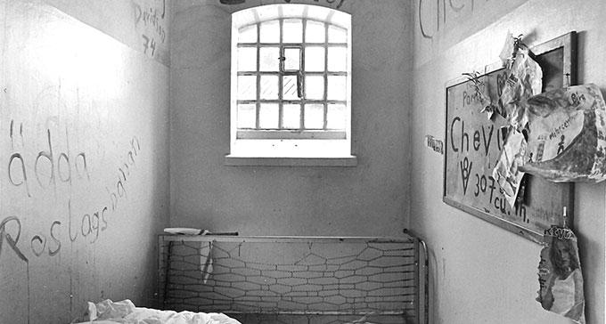 """Cell i Centralfängelset """"Västra 2"""", Långholmen. Nordiska museets dokumentation 1975. Fotograf: Nils Blix."""