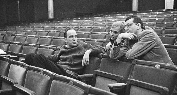 Ingmar Bergman tillsammans med scenografen Gunilla Palmstierna-Weiss och författaren Peter Weiss under uppsättningen av Rannsakningen på Dramaten 1966. Foto: Beata Bergström