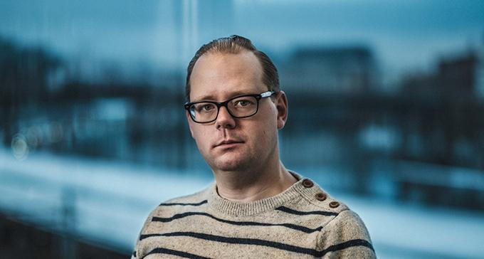 Wictor Johansson är forskningsarkivarie med ansvar för de audiovisuella samlingarna. Foto: Jonas André
