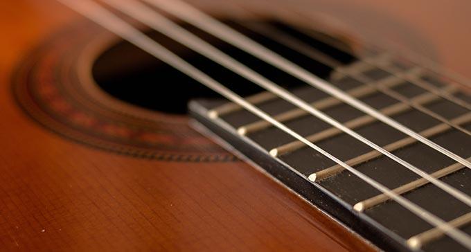 Närbild på en akustisk gitarr.