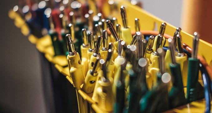 Kablar i olika färger. Detalj från Elektronmusikstudion.