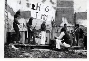 Svartvitt foto av Kvinnoväsen på en scen