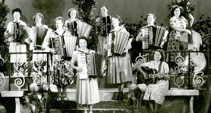 Foto på dragspelsorkester. Siw Karlén står vid en kontrabas.